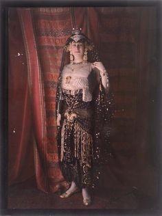 Henri MANUEL (1874-1947) (attrib.)  Autochrome Bal costumé, femme en orientale,