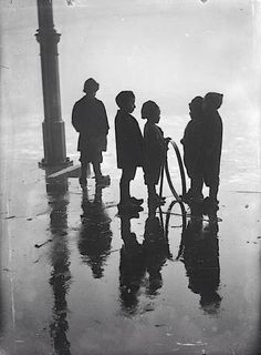 Henri Berssenbrugge, Children with Hoop, Fish Market, Rotterdam, 1910