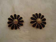 Cute Pair of Black Enamel & Gold Tone Daisy Flower Earrings Leverback Post #Stick