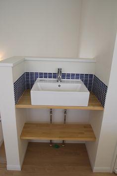 カフェのようなおしゃれなタイル調の洗面スペース。