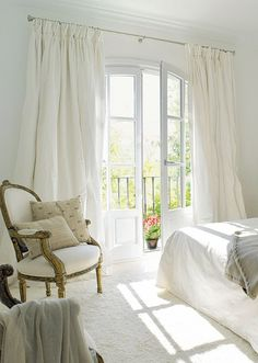 Beautiful Bedrooms For Dreamy Design Inspiration: Home Bedroom, Bedroom Decor White Rooms, White Walls, Home And Deco, White Decor, Beautiful Bedrooms, Bedroom Decor, Interior Design, Furniture, Silk Drapes