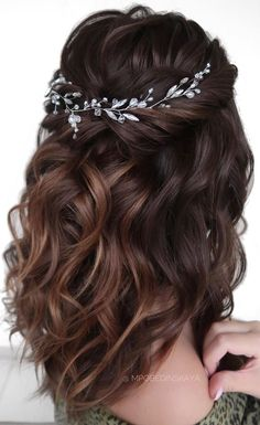 This Season Wedding Hair Guide: Styles Easy to Master 2020 - Page 47 of 54 - hotcrochet . Wedding Hair Brunette, Half Up Wedding Hair, Wedding Hair Vine, Bridal Hair Half Up Medium, Medium Hair Wedding Styles, Medium Length Wedding Hair, Bridal Hair Half Up Half Down, Boho Wedding, Quince Hairstyles