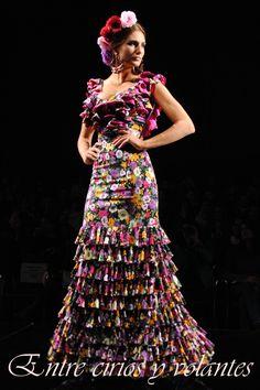 Traje de flamenca de Amparo Macia Simof 2014 Flamenco Costume, Flamenco Dancers, Flamenco Dresses, Outfits For Spain, Muumuu, Tribal Dress, Wedding Costumes, Festival Wear, Unique Outfits
