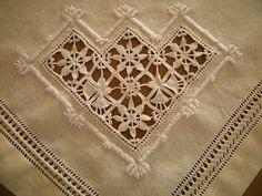 Come ho detto nel precedente post, la tovaglia consta anche di una decorazione ai quattro angoli ed al centro di ciascun lato. Questi sono i...