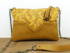 SAC JAVA MOUTARDE MENTHE POIVREE  Petit sac en cuir marron clair et coton moutarde et jaune Dimensions: 22cm X 16cm Entièrement doublé Zip pompon en cuir lanière en chaîn - 16859040