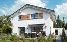 Idylle in der Großstadt Das frei geplante Architektenhaus von Familie Greve ist perfekt auf das Grundstück in Berliner Stadtnähe zugeschnitten. Holzelemente und graue Fensterrahmen lockern die ansonsten weiße Fassade des anderthalbgeschossigen Eigenheims auf. Auch bei den Ziegeln des Satteldachs hat sich das Ehepaar für Grau entschieden, wodurch ein harmonisches Gesamtbild entsteht. Ergänzt wird das Einfamilienhaus von einer Doppelgarage und große Fensterfronten auf der Rückseite eröffnen… Style At Home, Cabin, Mansions, House Styles, Blog, Home Decor, Roof Styles, Window Frames, House Numbers
