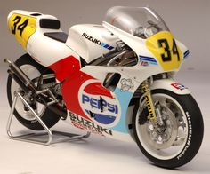 Racing Scale Models: Suzuki RGV 500 Γ XR74 K.Schwantz late 1988 by Utage Factory House (Fujimi)