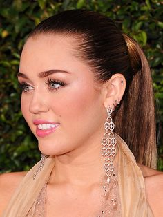 I love this miley cyrus look. Groomed brows, mascara, blush, pink lips. Very fresh and pretty.