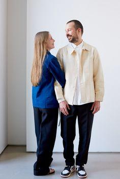 「デザインすべてに理由がある」──ルーシー&ルーク・メイヤーのジル・サンダー。 Stylish Couple, Stylish Men, Jil Sander, Casual Shirts For Men, Men Casual, Style Snaps, Basic Outfits, Mens Fashion, Fashion Outfits