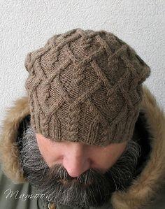 Замысловатый узор из аранов и косичек - главное украшение мужской шапки спицами.  Автор этой модели - Agata Smektala. Она предлагает связать эту шапку спицами удлинённой, так, что бы она слегка свисала с макушки, так называемый вариант шапки-бини.  Впрочем, если ваш мужчина не носит головные уборы такого плана, то можно выполнить обычную круглую шапочку. Схему мужской шапки с косами и описание работы вы можете скачать абсолютно бесплатно в формате PDF. Схема узора представлена автором в…