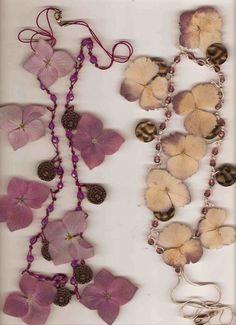 Collares de hilo y flores naturales plastificadas
