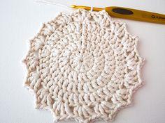 Make a Set of Five Ombre Crocheted Coasters - Tuts+ Crafts & DIY Tutorial Crochet Round, Crochet Home, Double Crochet, Free Crochet, Crochet Coaster, Crochet Flower Patterns, Afghan Crochet Patterns, Knitting Patterns, Crochet Dishcloths
