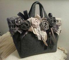 Crochet Purses Design Mix entre tissu et fleurs au crochet Crochet Shell Stitch, Crochet Tote, Crochet Handbags, Crochet Purses, Purse Patterns, Crochet Patterns, Diy Sac, Felt Purse, Flower Bag