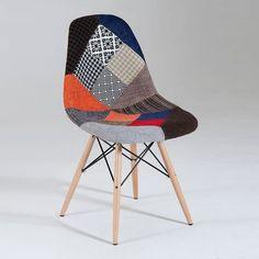 Sediain tessuto patchwork con gambe in legno e seduta imbottita realizzata in Italia da Castagnetti.