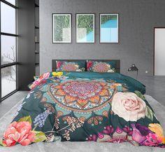 Katoen satijnen dekbedovertrek met een prachtige mandala print, diverse bloemen en vogels. Een overtrek dat gegarandeerd voor kleur in de slaapkamer zorgt! Comforters, Blanket, Furniture, Home Decor, Products, Lush, Creature Comforts, Quilts, Decoration Home