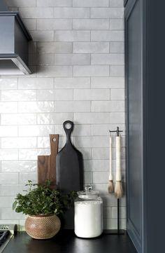 Our Dark & Moody Kitchen Reveal – Room for Tuesday - Interior design kitchen Modern Farmhouse Kitchens, Rustic Kitchen, New Kitchen, Home Kitchens, Kitchen Decor, Awesome Kitchen, Kitchen Staging, Kitchen Artwork, Minimal Kitchen