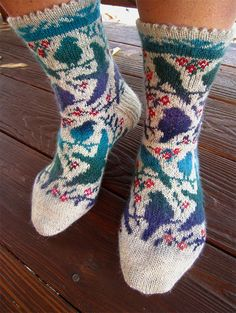 Free Knitting Pattern for Bird Resting Place Socks - Perching and flying birds in stranded colorwork on socks. Designed by Dela Hausmann. Sizes [German Available in English and German. Knitted Socks Free Pattern, Knitting Socks, Free Knitting, Baby Knitting, Knit Socks, Animal Knitting Patterns, Knitting Designs, Knitting Projects, Knitting Ideas