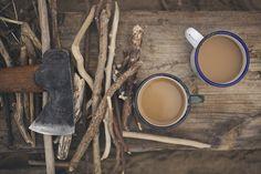 . Samen aanmaak houtjes hakken met Naresh voor het vuur van straks. Jullie nemen even pauze, je legt het bijltje neer en brengt de mok naar je lippen, je proeft de heerlijke straffe smaak van de verse koffie!