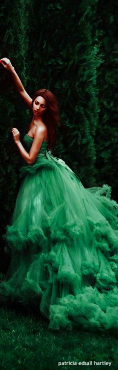 Gorgeous green gown via @corin9. #gowns #green