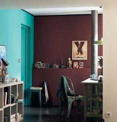 Dipingere due pareti con colori forti e contrapposti esalta la personalità. Vostra e della stanza...