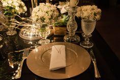 Sousplats dourados compondo as mesas