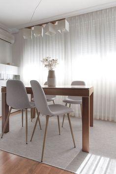 Lavado de cara de estar-comedor. En el salón, teníamos que conservar el mueble de TV y la mesa de centro (de color negro), la mesa de comedor y el aparador blanco que la acompaña. Propusimos cambiar las sillas a un modelo más contemporáneo y ligero en color gris claro y acotar la zona con una alfombra también en gris para evitar que el suelo de madera rojiza estuviera tan presente. #sillas #comedor #mesamadera #rderoom Dining Furniture, Dining Bench, Dining Chairs, Dining Rooms, Best Paint Colors, Best Dining, Diy Home Decor, Interior Design, Table