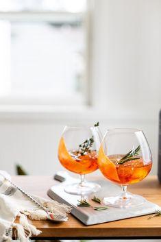 Smoked Spritz Smoky Autumn Mezcal Spritzes – Cocktails and Pretty Drinks Mezcal Cocktails, Beste Cocktails, Fall Cocktails, Healthy Cocktails, Party Knaller, Dinner Party Menu, Party Drinks, Cocktail Parties, Cocktail Drinks