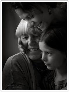 Three generations of women portrait. Natural window light. @heymanports2.blogspot.com. Rob Heyman Photography