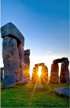 Stonehenge ao pôr-do-sol. São monumentos pré-históricos em Wiltshire, Inglaterra, Reino Unido. Fica a 3,2 km a oeste de Amesbury e 13 km ao norte de Salisbury, e é um dos mais famosos lugares do mundo. Stonehenge são os remanescentes de um anel de pedras em pé. Ele está no meio do mais denso complexo de monumentos da Idade do Bronze e do Neolítico, na Inglaterra, incluindo várias centenas de túmulos.