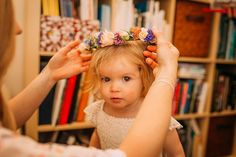 Flower girl wears a fresh flower crown. Photography by http://mikiphotography.info/