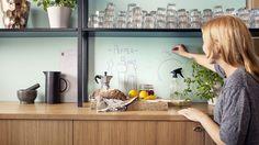 Keittiön välitila: kiiltävä yhtenäinen pinta, johon voisi piirtää