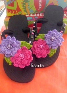 elisartes chinelos decorados com crochê