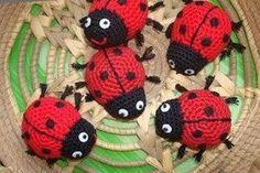 Patrón de mariquita amigurumi This beautiful ladybug amigurumi is easy and quick to knit. Crochet Applique Patterns Free, Crochet Motif, Amigurumi Patterns, Crochet Flowers, Knit Crochet, Yarn Crafts, Fabric Crafts, Crochet Cushions, Amigurumi Doll