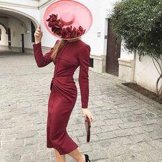 Invitadas corto - vestido burdeos y pamela rosa