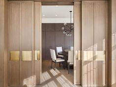 portas de madeira e detalhe de sala de jantar