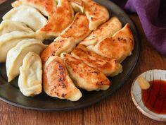 今までの餃子はなんだったと思うくらいおいしい! モッチモチの皮から作る極上餃子レシピ - dressing(ドレッシング) Japanese Dishes, Japanese Food, Japanese Dumplings, Vegan Recipes, Cooking Recipes, Recipies, Deserts, Good Food, Food And Drink