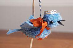 ポンポンはこんな使い方も。2つつなげてから翼や目を縫い付ければ可愛い鳥に大変身ですね。