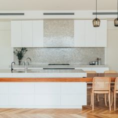 Mid-century and the Mediterranean inspire real Melbourne home - The Interiors Addict Architects Melbourne, Timber Panelling, Interior Architecture, Interior Design, Melbourne House, Kitchen Benches, Cottage Style Homes, Kitchen On A Budget, Kitchen Ideas
