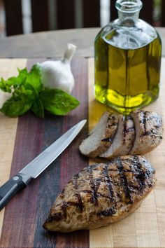Italian dressing grilled chicken breasts - an easy marinated grilled chicken recipe that& quick enough for a weeknight dinner. It& gluten-free and paleo. Grilled Chicken Breast Recipes, Marinated Grilled Chicken, Baked Chicken Breast, Chicken Breasts, Paleo Recipes Easy, Easy Chicken Recipes, Real Food Recipes, Free Recipes, Whole30 Recipes