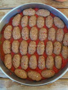 Έχω καταλήξει σε αυτή τη συνταγή για σουτζουκάκια εδώ και χρόνια, γιατί αποφεύγεις το τηγάνισμα και δεν έχουν καμία διαφορά από τα τηγανητά! Είναι εξίσου νόστιμα και πολύ αφράτα, λόγω της ντομάτας που περιέχουν στη ζύμη.