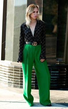 Street style look com calça pantalona verde mais blusa  decote em v manga longa e maxi cinto