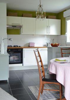 Le vert olive. Olives, Vert Olive, Decoration, Table, Furniture, Murals, Home Decor, Olive Green Kitchen, Home Kitchens