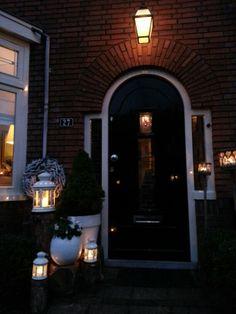 Sfeer bij voordeur jaren dertig woning. Vind het ronde deurtje zo leuk!