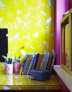 Una girandola di colori, una carta da parati che veste e rende un angolo unico, davvero speciale. @Wallpapered workspace