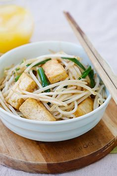 Bean Sprouts with Tofu Bean sprouts is a healthy vegetable. This bean sprout recipe with tofu is vegan and vegetarian friendly. Easy to cook and goes . Bean Sprout Soup, Bean Sprout Recipes, Bean Sprouts, Easy Chinese Recipes, Easy Delicious Recipes, Asian Recipes, Yummy Food, Easy Recipes, Ethnic Recipes