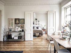 Immagini da sogno di un appartamento in perfetto stile scandinavo a Stoccolma. Colori neutri, legno naturale, tanto bianco e ambienti luminosi
