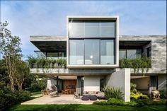 Het Casa O Cuatro huis in Mexico City verdeelt haar sociale en privégebieden door een interactie van volumes die een pure geometrie uitdrukken,