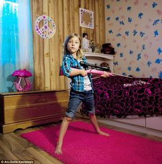 Una compañía estadounidense vende 60.000 rifles al año para niños/as de entre 4 y 10 años. La fotógrafa belga An-Sofie Kesteleyn se reunió con algunas niñas que son propietarias de este tipo de armas. Las chicas
