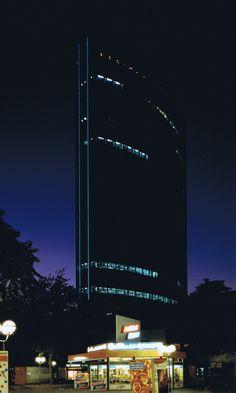 1988. WTC bij avond met de blauwe neonlijnen.
