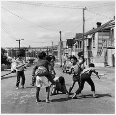 1960 children playing on the street Ponsonby Auckland Auckland Art Gallery, Nz History, Urban Village, Maori Designs, Kiwiana, Through The Looking Glass, Outdoor Play, Photo Look, Historical Photos